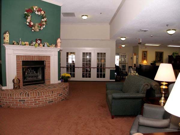 Elmcroft of Chippewa Falls - Beaver Falls, OR - Fireplace Lounge