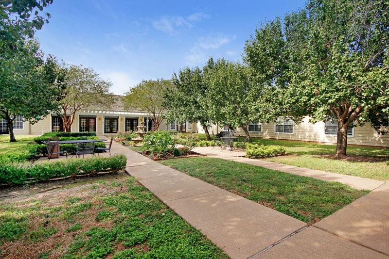 Elmcroft of Wharton, TX - Courtyard
