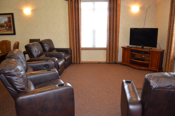 Rosegate Assisted Living and Garden Homes - Indianapolis, IN - TV Lounge